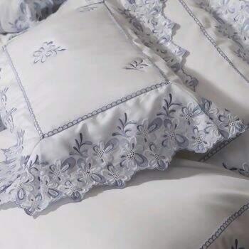 d9e15fa684 Almofada Bordado Florance Branco com Azul - Marken Fassi